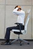 Yoga sulla sedia in ufficio - esercitazione dell'uomo di affari Fotografia Stock Libera da Diritti