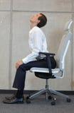 Yoga sulla sedia in ufficio - esercitazione dell'uomo di affari Immagini Stock Libere da Diritti