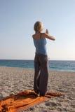 Yoga sulla spiaggia Fotografie Stock Libere da Diritti