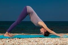 Yoga sulla spiaggia fotografia stock libera da diritti