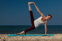 Yoga sulla spiaggia Immagini Stock Libere da Diritti