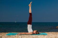 Yoga sulla spiaggia Fotografia Stock