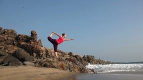 Yoga sulla spiaggia stock footage