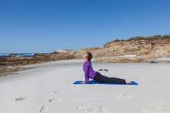 Yoga sulla spiaggia Immagine Stock