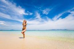 Yoga sulla spiaggia tailandese tropicale Fotografia Stock Libera da Diritti