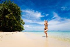 Yoga sulla spiaggia tailandese tropicale Fotografia Stock