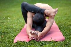 Yoga sulla stuoia sull'erba Fotografia Stock Libera da Diritti