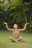 Yoga sulla vista del Frontal dell'erba. Fotografie Stock