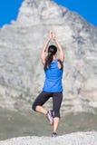Yoga sur des roches Image stock