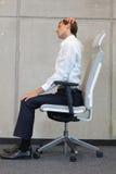 Yoga sur la chaise dans le bureau - exercice d'homme d'affaires Image libre de droits