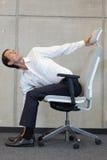 Yoga sur la chaise dans le bureau - exercice d'homme d'affaires Photographie stock libre de droits