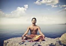 Yoga sur la falaise Photos libres de droits