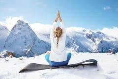 Yoga sur la montagne en hiver image libre de droits