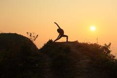 Yoga sur la montagne supérieure Photo stock