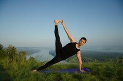 Yoga sur la nature Photographie stock libre de droits