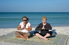 Yoga sur la plage images stock