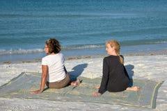 Yoga sur la plage Photo stock