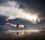 Yoga sur la plage Photos stock