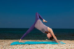 Yoga sur la plage Photos stock