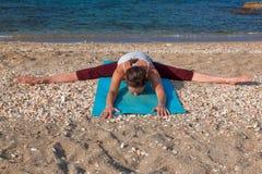 Yoga sur la plage photo libre de droits