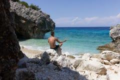 Yoga sur la plage Photographie stock libre de droits