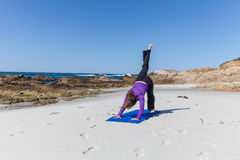 Yoga sur la plage Photo libre de droits