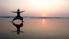 Yoga sur la plage banque de vidéos