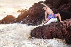 Yoga sur la roche photos libres de droits