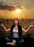 Yoga sur le coucher du soleil image libre de droits