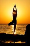 Yoga sur le coucher du soleil Photos stock