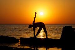 Yoga sur le coucher du soleil Images libres de droits