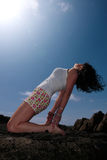 Yoga sur les roches 16 photographie stock libre de droits