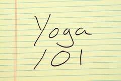 Yoga 101 sur un tampon jaune Photographie stock libre de droits