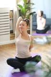 Yoga thuis royalty-vrije stock foto's