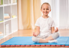 Yoga thuis Royalty-vrije Stock Foto