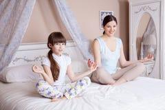 Yoga thuis Stock Afbeelding