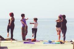 Yoga-Training auf dem Strand stockfotografie
