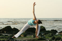 Yoga-Training durch Sonnenuntergang Stockfotos