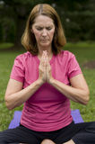 Yoga tuende oder betende Frau Stockfotos