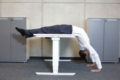 yoga in ufficio Immagini Stock