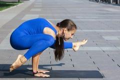 yoga Ung kvinna som gör den utomhus- yogaövningen royaltyfria foton