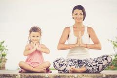 yoga Ung kvinna som gör den utomhus- yogaövningen Fotografering för Bildbyråer