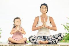 yoga Ung kvinna som gör den utomhus- yogaövningen Royaltyfri Fotografi