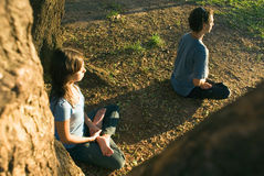 Yoga unter den Bäumen - horizontal Lizenzfreie Stockfotos