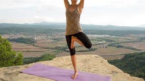 Yoga utanför stock video