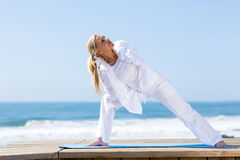 Yoga van de geschiktheids de rijpe vrouw royalty-vrije stock afbeeldingen