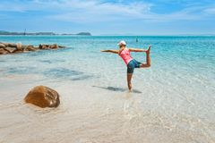 Yoga vid havet royaltyfria foton