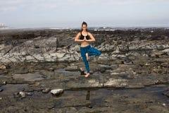 Yoga vid havet Fotografering för Bildbyråer