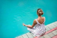 Yoga vid pölen Royaltyfri Bild