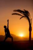 Yoga Viparita Virabhadrasana nella posizione tropicale Fotografia Stock